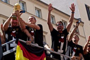 Die_Mannschaft_auf_dem_Weg_zur_Fanmeile,_Berlin_(15.07.2014)_(14474424817)